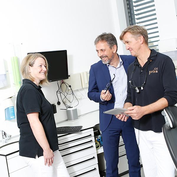 Amalgamentfernung Langenhagen, Zahnarzt Uwe Prins berät Patienten