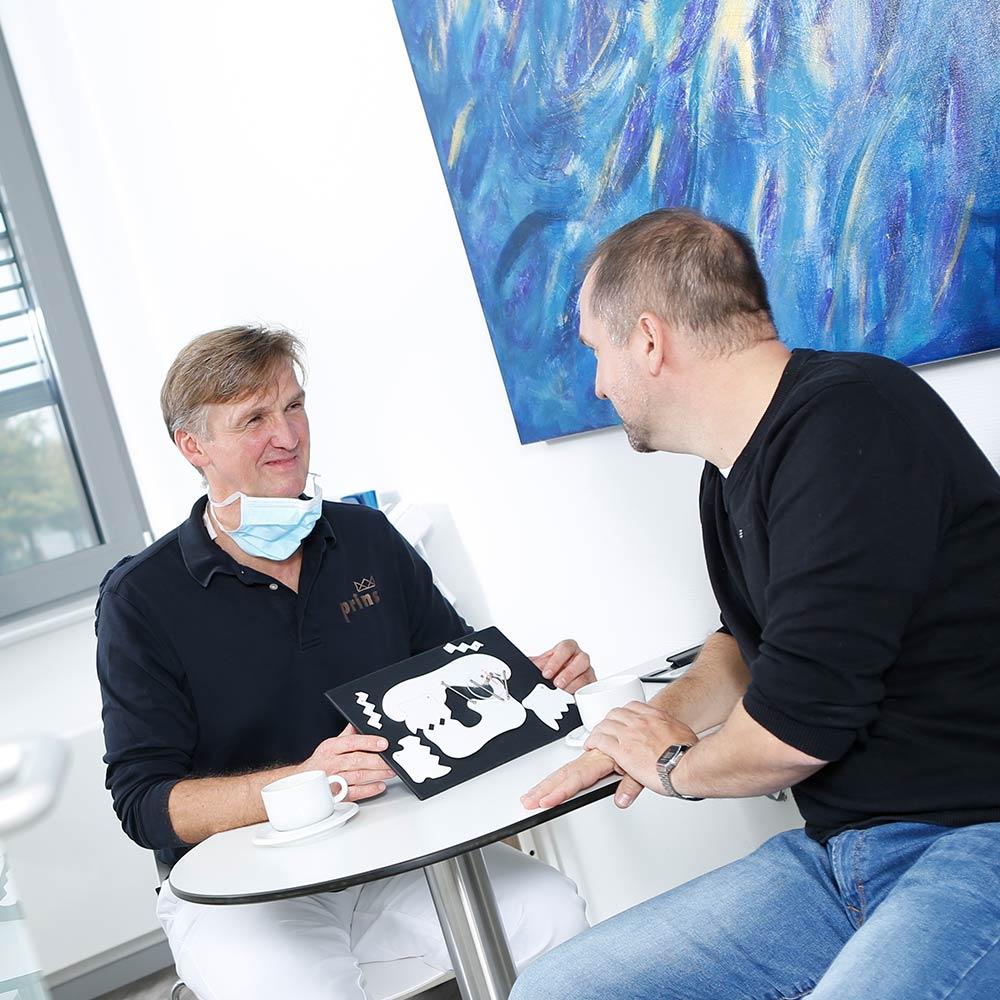 CMD-Zahnarzt Uwe Prins berät Patienten zur CMD-Therapie in Langenhagen