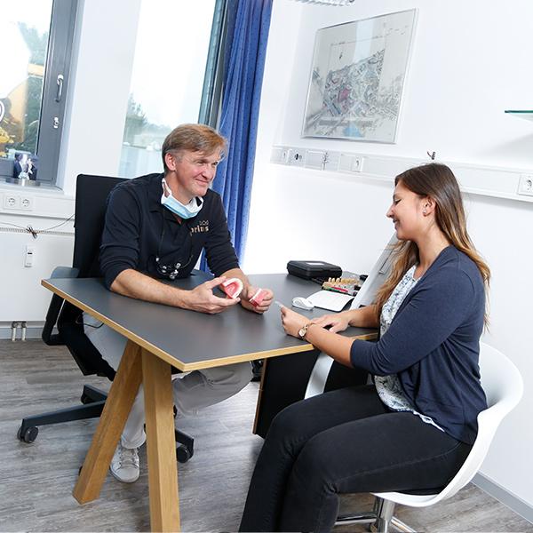 Uwe Prins berät Patientin in Langenhagen
