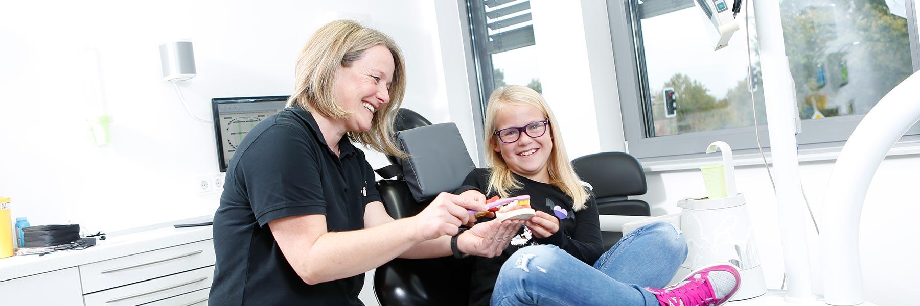 Mitarbeiterin führt Professionelle Zahnreinigung und Zahnprophylaxe in Langenhagen durch