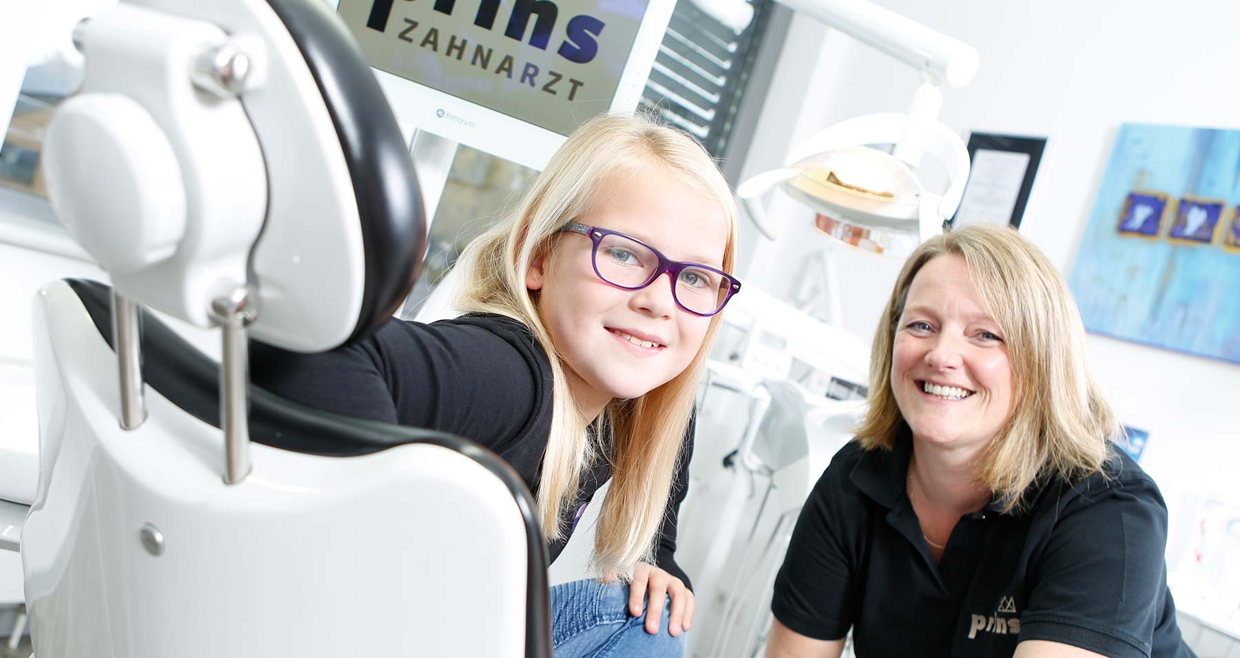 Patientin und Mitarbeiterin freuen sich über gelungen Zahnprophylaxe Langenhagen