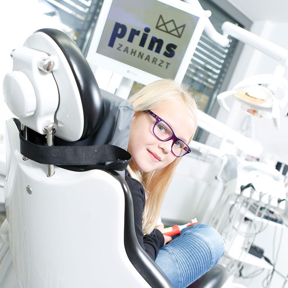 Mädchen lächelt dank PZR und Prophylaxe in Langenhagen mit gesunden Zähnen