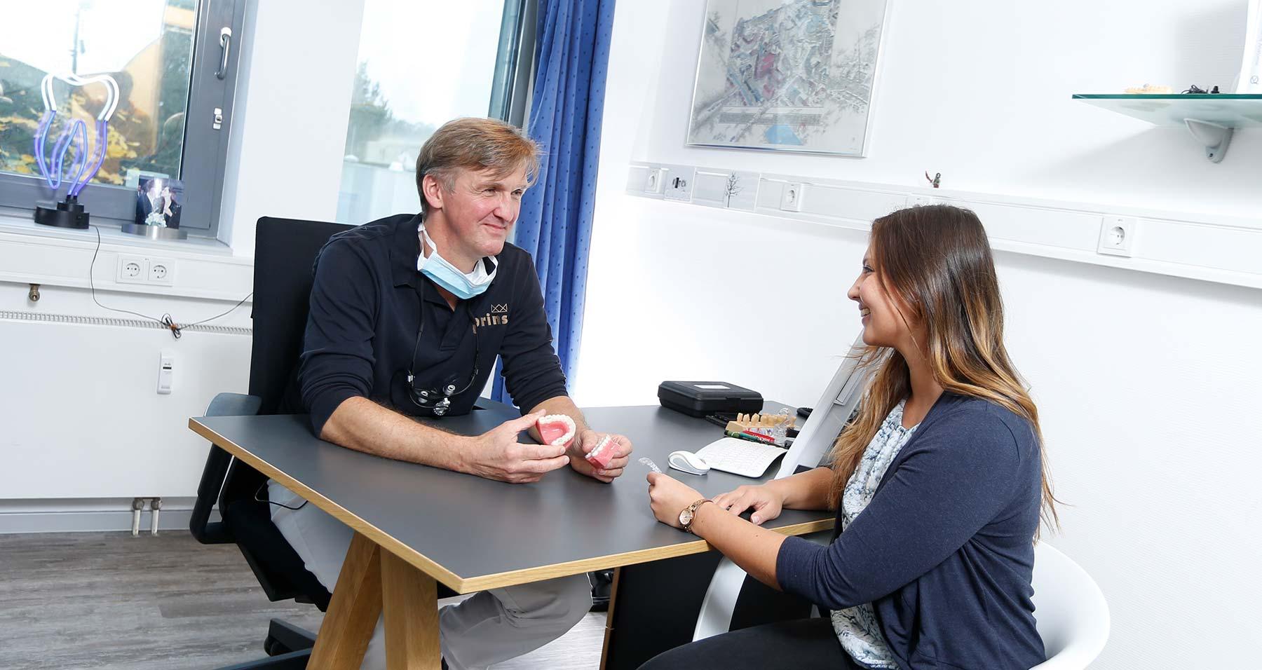 Uwe Prins berät Patientin zu unsichtbaren Zahnschienen Langenhagen